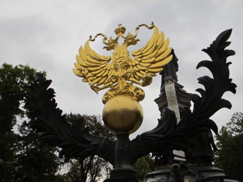 """Venäjän kaksipäinen kotka. Krasnodar oli vuoteen 1920 asti Jekaterinodar eli Katariina Suuren lahja Kubanin kasakoille. Vallankumous muutti nimen Krasnodariksi eli """"punaiseksi lahjaksi""""."""